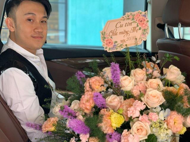 Cãi lời Hoài Linh, Dương Triệu Vũ mua hoa tặng mẹ nhân 20/10 và cái kết... không đỡ nổi! - Hình 2
