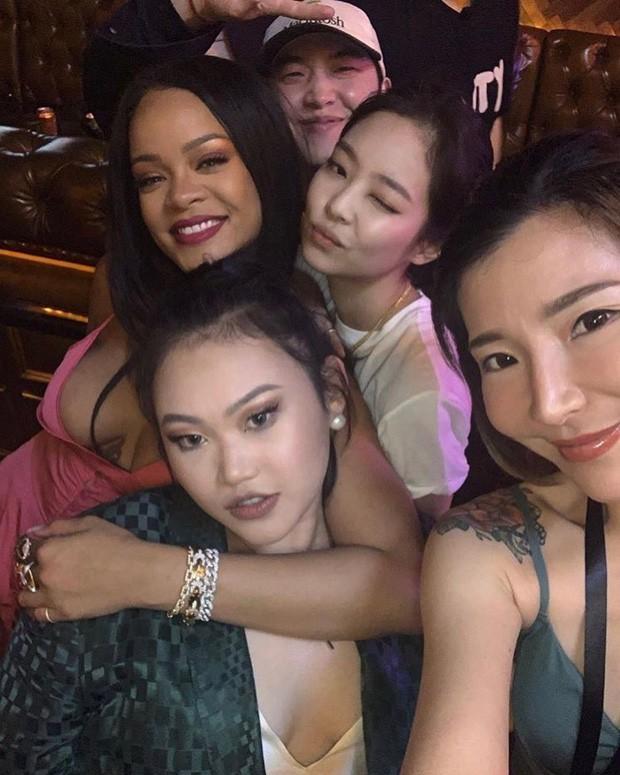 Khi sao châu Á và Hollywood đọ sắc cùng khung hình: Jennie (BLACKPINK) lép vế trước Rihanna, Dương Mịch quá đẳng cấp bên Kendall - Hình 2