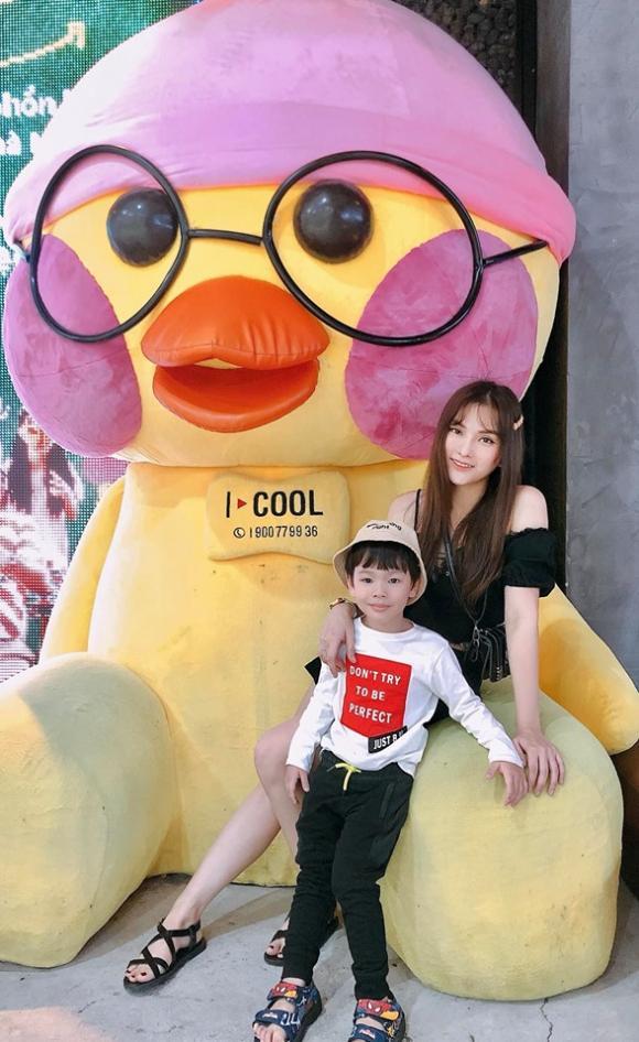 Lâu lâu mới lên hình, con trai Thu Thủy vẫn gây ấn tượng với style cực chất - Hình 1