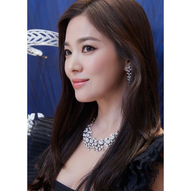 Loạt khoảnh khắc gây sốt của Song Hye Kyo tại sự kiện hôm qua: Ly hôn xong càng ngày càng quyến rũ khó tin - Hình 2