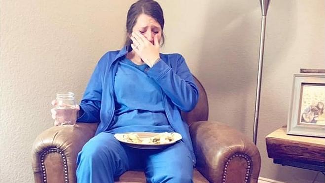Nữ y tá khóc sau ngày làm việc - Hình 1