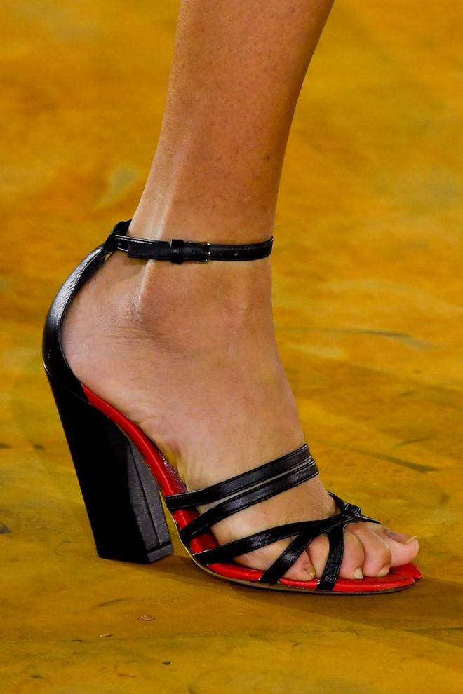 Những mẫu giày kỳ quái hứa hẹn khuấy đảo làng thời trang thế giới - Hình 9