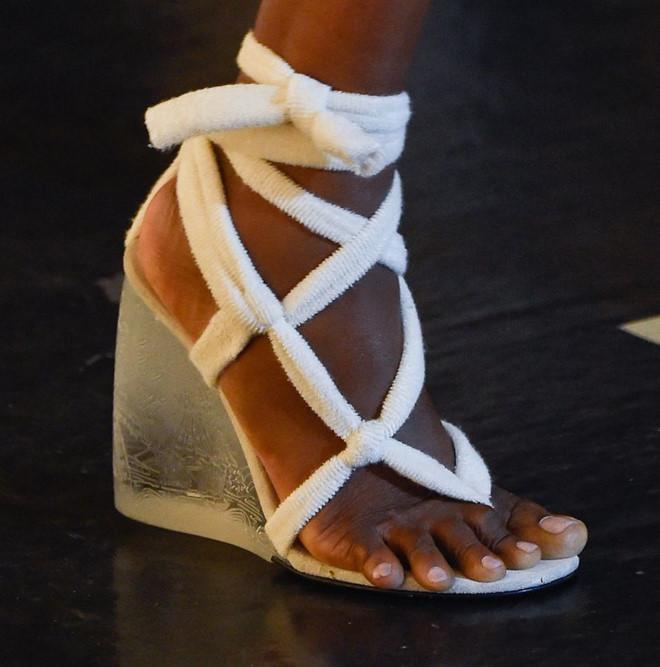 Những mẫu giày kỳ quái hứa hẹn khuấy đảo làng thời trang thế giới - Hình 6