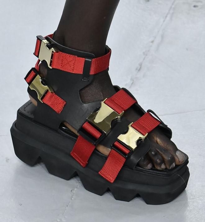 Những mẫu giày kỳ quái hứa hẹn khuấy đảo làng thời trang thế giới - Hình 8