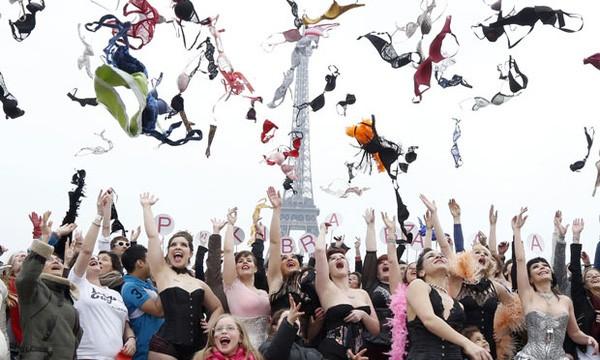 Sinh viên trường quốc tế hào hứng tổ chức Ngày phòng chống bệnh Ung thư vú - Hình 2
