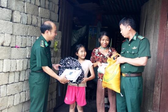 Tấm lòng của hai cán bộ Biên phòng với học sinh nghèo vùng biên giới - Hình 1
