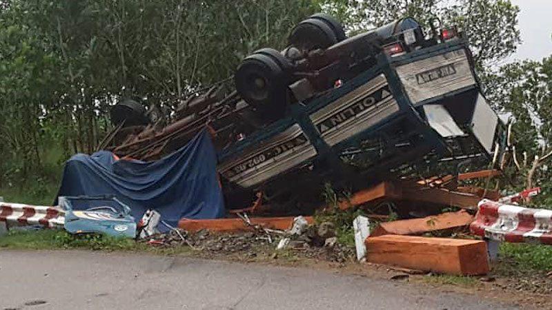 Xe tải mất phanh lật trên đèo Vi Ô Lắc, 2 vợ chồng chết thảm trong cabin - Hình 1