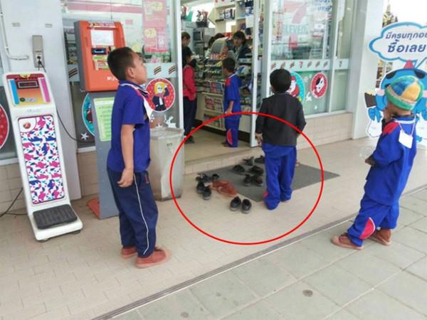 Nhóm học sinh bỏ dép khi vào cửa hàng dù không có quy định, lúc đầu ai cũng khó hiểu nhưng sau đó hết lời khen ngợi - Hình 1