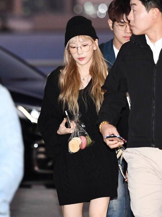 Taeyeon, Jennie và dàn sao Hàn diện đồ đen sau đám tang Sulli - Hình 2