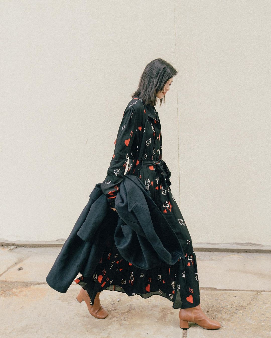 Bỗng thấy không kiểu váy nào vượt qua được váy dáng dài về độ sang chảnh, yêu kiều và hợp rơ với tiết trời se lạnh - Hình 9