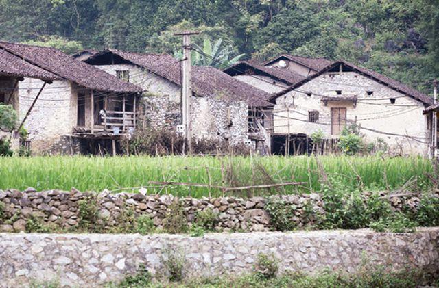 Dưới những ngôi nhà sàn đá độc đáo nhất Việt Nam - Hình 2