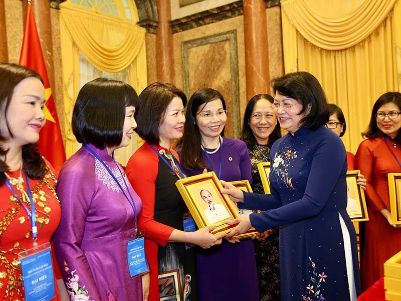 Phó Chủ tịch nước gặp mặt các nhà khoa học nữ ngành giáo dục - Hình 1