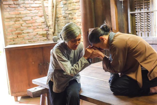 Tiếng sét trong mưa: Lộ ảnh Thị Bình - Nhật Kim Anh quỳ gối, khóc đến sưng mắt khi gặp dì Bảy sau 24 năm - Hình 1