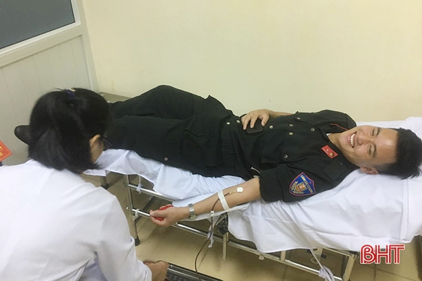 Chiến sĩ cảnh sát cơ động Hà Tĩnh hiến máu hiếm cứu sống bệnh nhân - Hình 1