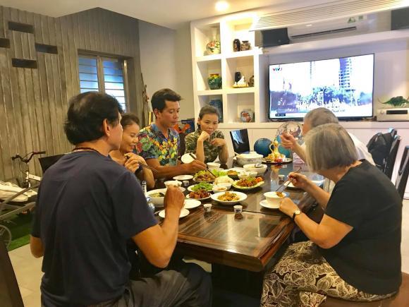 Chưa cưới nhưng quá tình cảm: Gia đình Kim Lý sang tận Việt Nam mừng 20/10 cùng bố mẹ Hà Hồ - Hình 1