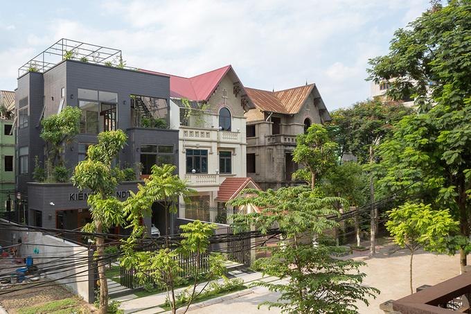 Ngôi nhà hoang nổi bật giữa khu phố sau cải tạo - Hình 1