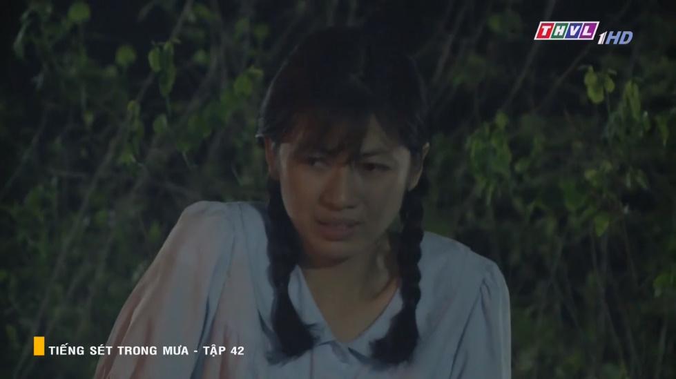 Tiếng sét trong mưa tập 42: Xót xa cảnh Thị Bình quỳ gối cầu xin Hai Bình cứu Hải, suýt thì tiết lộ 2 người là anh em - Hình 1