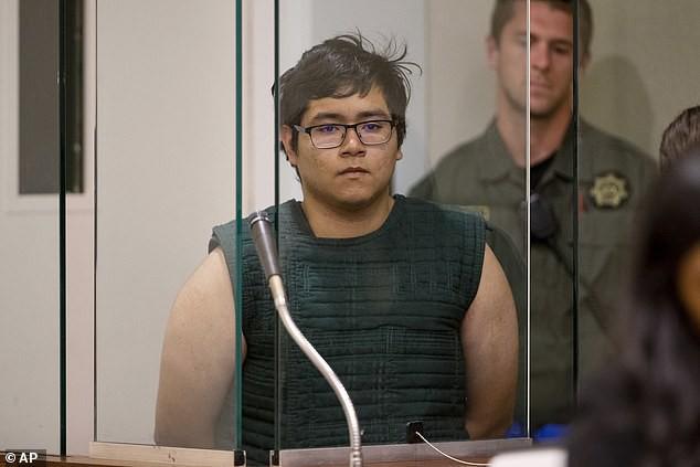 Tước súng và ôm chầm lấy cậu học sinh có ý định tự tử, thầy giáo dạy thể dục được ca ngợi như anh hùng - Hình 2