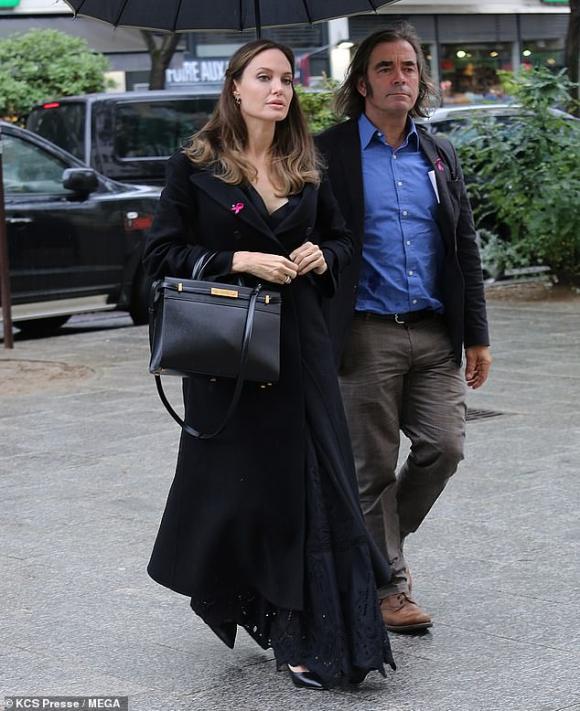 Angelina Jolie được đội vệ sĩ, cảnh sát bảo vệ khi bị bao vây bởi lượng fan khủng ở Paris - Hình 1