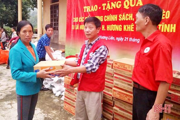 100 suất quà đến với người nghèo xã Hương Liên - Hình 1