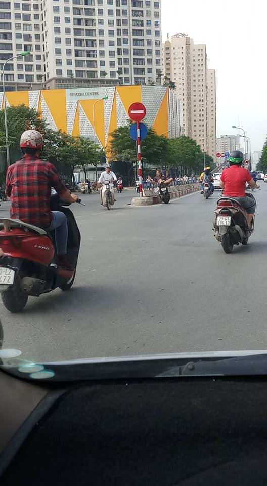 Người đàn ông ngoại quốc nằm vắt vẻo trên xe dựng giữa đường, hút thuốc gây tranh cãi - Hình 1