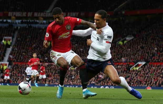 Van Dijk trượt té, CĐV Liverpool chúc mừng: Man Utd vô địch - Hình 2