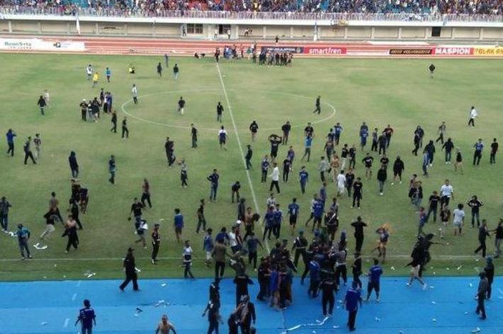 Bóng đá Indonesia: Hỗn chiến kinh hoàng, CĐV lao vào song phi cầu thủ như phim chưởng - Hình 2