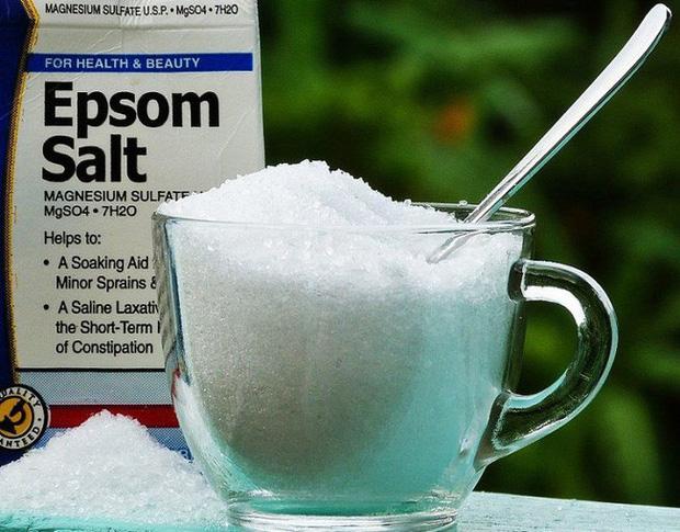 Cho muối vào dầu gội, bạn sẽ bất ngờ khi tóc ngày càng bóng mượt và giảm rụng - Hình 1