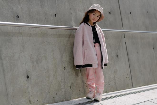 Fashionista nhí mặc đồ màu sắc, tạo dáng không thua kém người mẫu - Hình 5