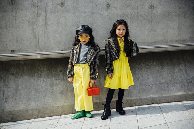 Fashionista nhí mặc đồ màu sắc, tạo dáng không thua kém người mẫu - Hình 7