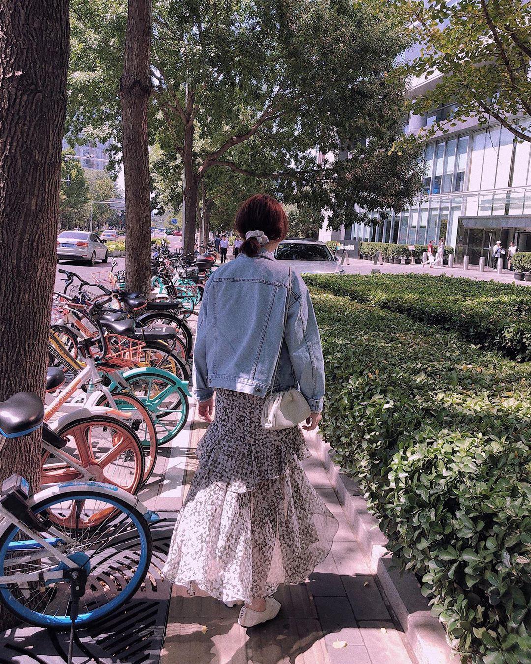 Giờ áo khoác denim toàn được diện theo cách điệu đời thế này, bạn phải bắt sóng luôn để trời trở lạnh là kịp xinh đẹp - Hình 13