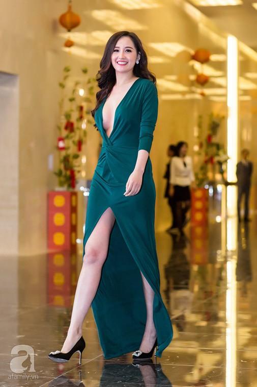 Sao Việt đua nhau khoe vòng 1 với váy áo khoét sâu bất tận - Hình 1