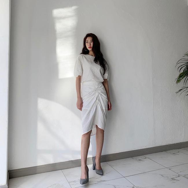 Mấy nàng thích mặc đẹp sao có thể làm ngơ trước 12 cách diện chân váy xinh nức nở này của sao Hàn? - Hình 11