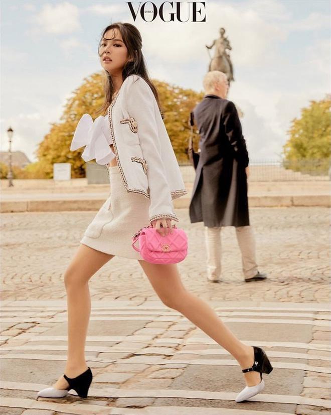 Ngộp thở vì ảnh tạp chí của Jennie - Lisa (BLACKPINK) ở châu Âu: Thần thái chưa gây choáng bằng nhan sắc xuất thần - Hình 1