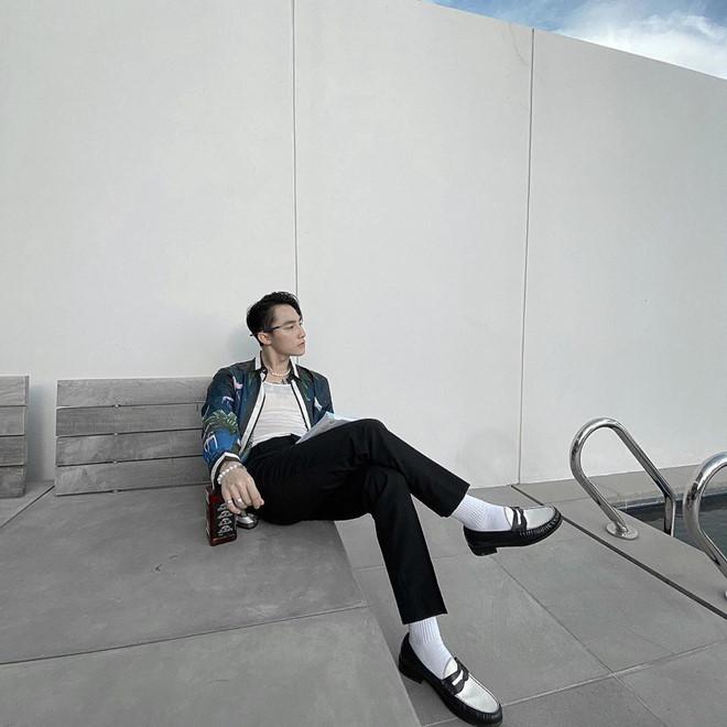 Sơn Tùng đi giày đen tất trắng lạ mắt, Isaac diện suit như quý ông - Hình 1