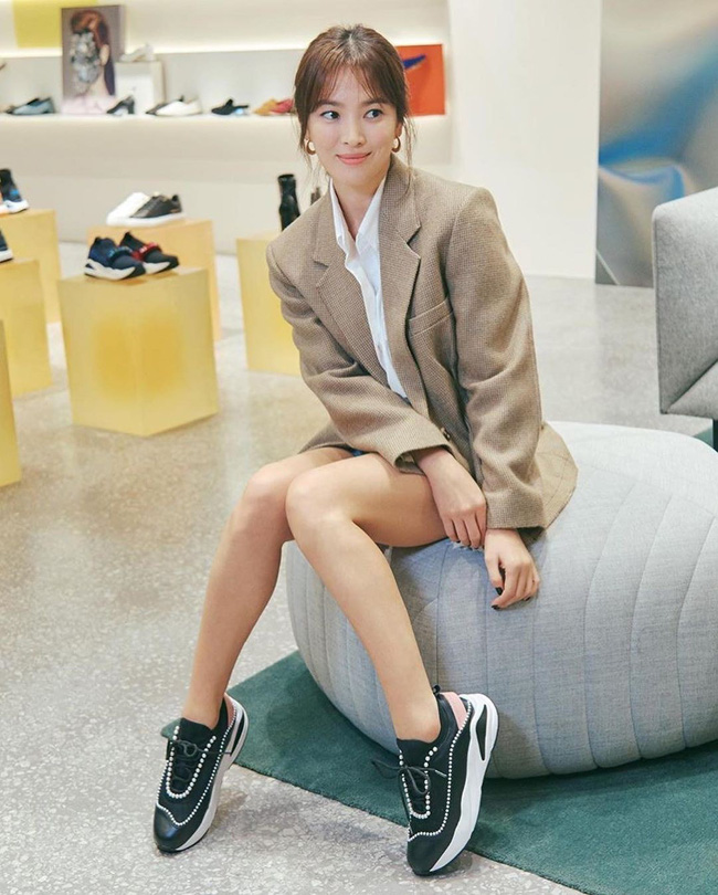 Song Hye Kyo trẻ trung như gái đôi mươi, gây thiện cảm khi tự thiết kế giày ủng hộ quỹ từ thiện - Hình 3
