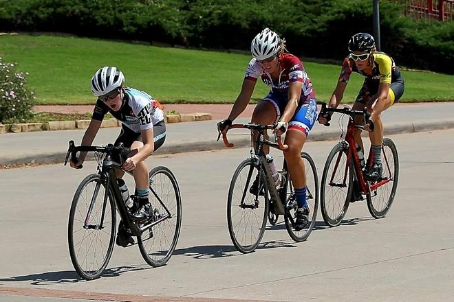 Cô gái đeo ống thông dạ dày trên đường đua xe đạp - Hình 1