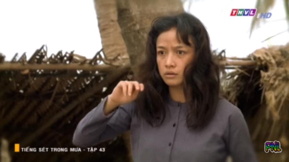 Tiếng sét trong mưa tập 43: Sau bao năm ròng rã ngồi canh mộ Lũ, Hiểm đã tìm được người đàn ông bên ngoài đẹp trai và nhìn cô bằng đôi mắt si tình - Hình 2