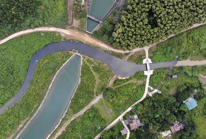 Vụ đầu độc nguồn nước sông Đà: Khởi tố, bắt tạm giam 3 đối tượng - Hình 2