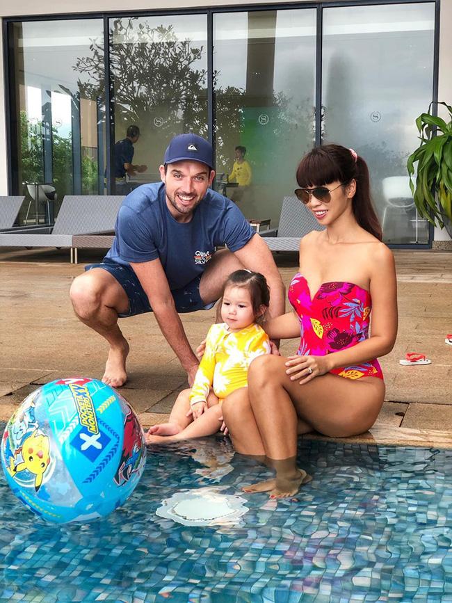 Khoe con gái mặc đồ bơi xinh như đồng hồ cát, nhưng siêu mẫu Hà Anh khiến ai cũng bật cười vì hình ảnh thật của bé Myla - Hình 1