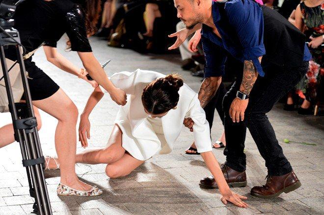 Mỹ nhân Việt ghi điểm với hành động đẹp, cứu đồng nghiệp trên sàn diễn thời trang - Hình 9