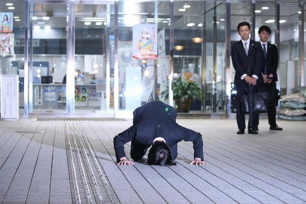 Sao quốc tế quỳ gối, cạo đầu, giải nghệ để tạ lỗi khi gặp scandal - Hình 2