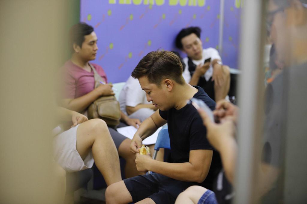 Trường Giang ăn bánh mì, Lâm Vỹ Dạ ngủ gật ở hậu trường - Hình 2