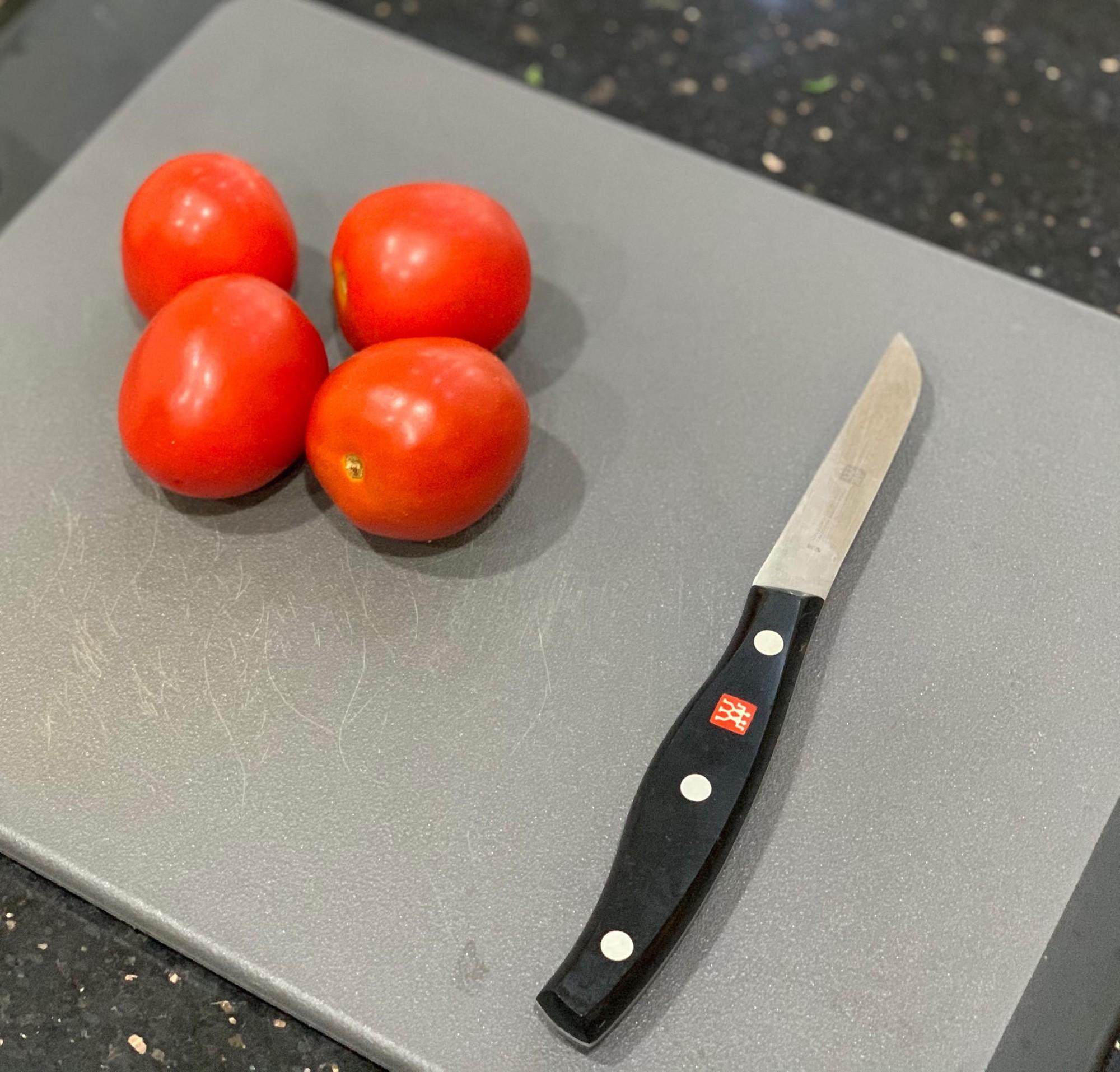 2 cách tạo hình hoa hồng từ cà chua dễ không tưởng giúp món ăn nâng tầm đẳng cấp - Hình 2