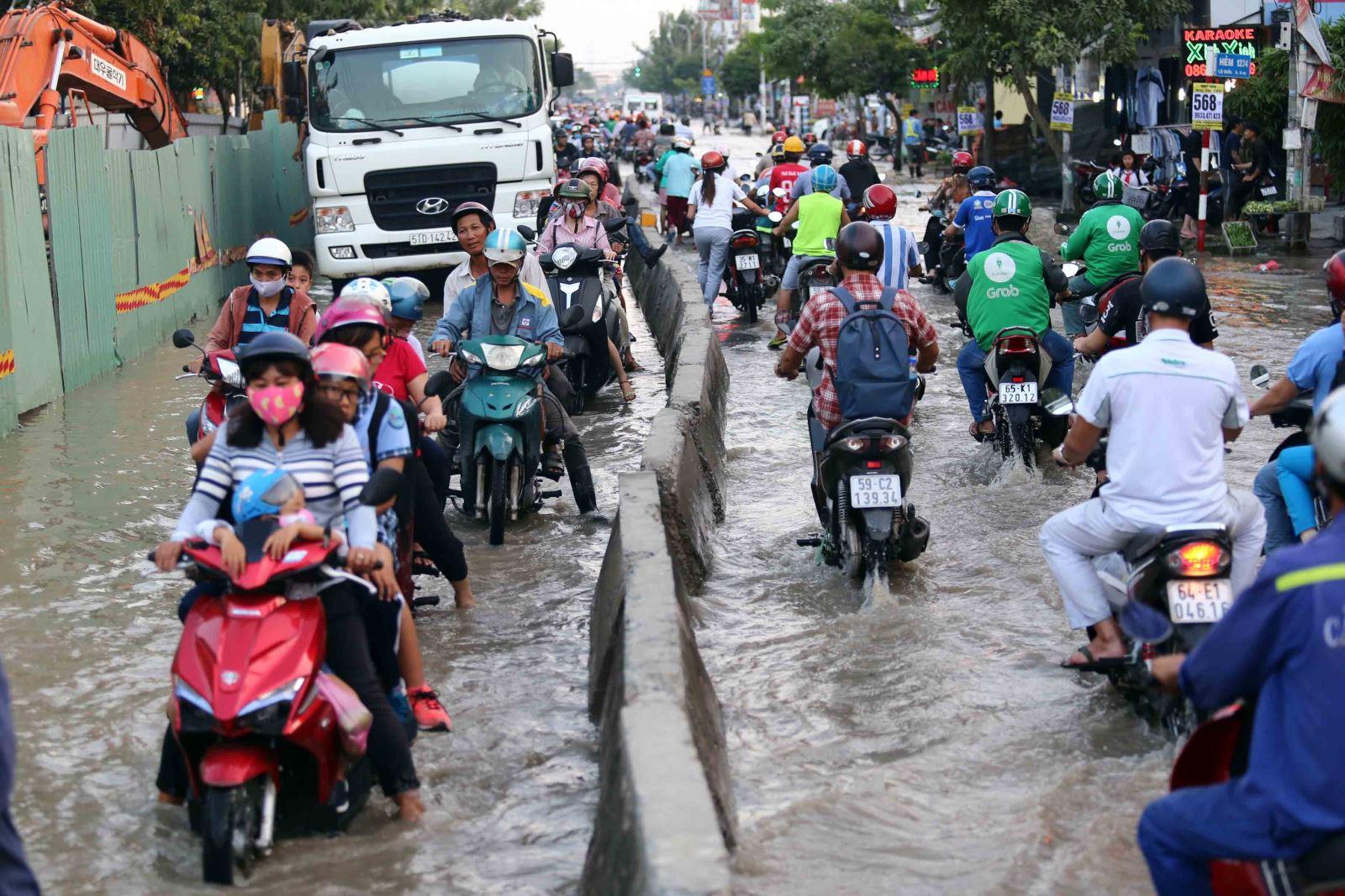 Triều cường lên cao, TP Hồ Chí Minh đối mặt với ngập úng nghiêm trọng - Hình 1