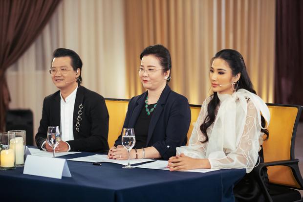 Hoàng Thùy xuất hiện, Thúy Vân, Hương Ly cùng dàn thí sinh Hoa hậu Hoàn vũ VN đồng loạt bật khóc - Hình 2