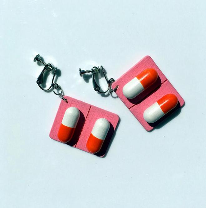 Mẫu khuyên tai hình viên thuốc, băng gạc thu hút giới trẻ - Hình 1