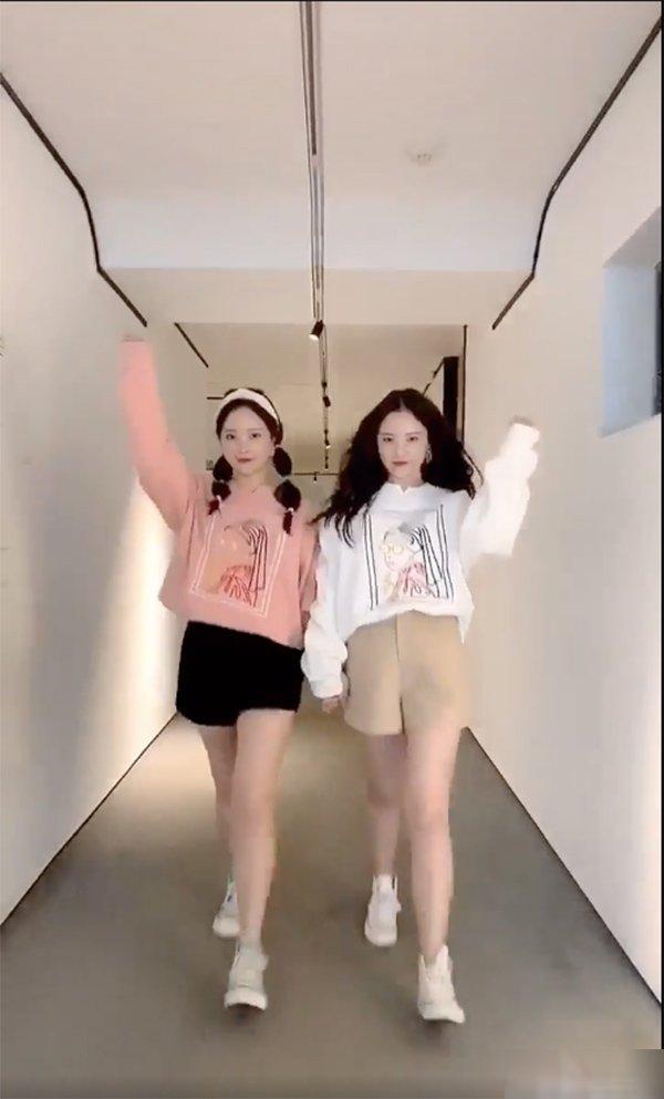Khéo như cặp sinh đôi Hàn Quốc, cứ khoác đồ lên là thân hình ngấn mỡ như tàng hình - Hình 7