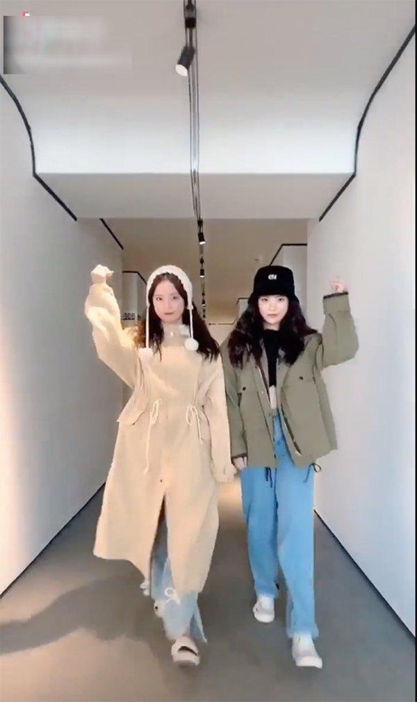 Khéo như cặp sinh đôi Hàn Quốc, cứ khoác đồ lên là thân hình ngấn mỡ như tàng hình - Hình 2