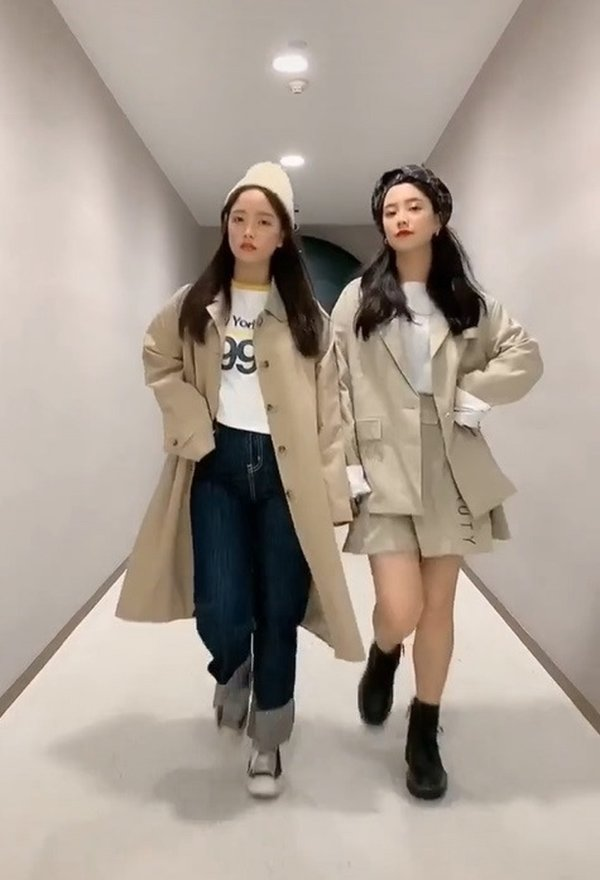 Khéo như cặp sinh đôi Hàn Quốc, cứ khoác đồ lên là thân hình ngấn mỡ như tàng hình - Hình 3